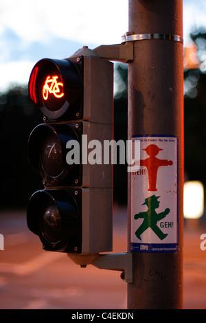 Ampeln für Radfahrer mit einer Erklärung neben über stoppen und gehen mit der Ampel-Männchen aus der ehemaligen - Stockfoto