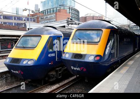 Zwei Klasse 43 Hochgeschwindigkeitszüge in First Great Western Lackierung an der Paddington Station, London, England. - Stockfoto