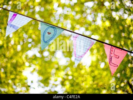 """Eine Linie von Bunting Flags Rechtschreibung """"Love"""" - Stockfoto"""