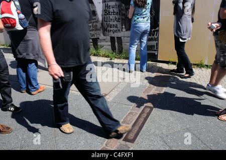 Menschen, die die Trennungslinie, die markiert die Berliner Mauer in Berlin, Deutschland - Stockfoto