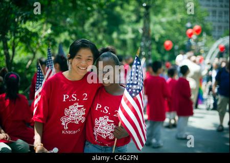 Studenten März in der jährlichen Flag Day Parade in New York in New York City Hall Park ab - Stockfoto