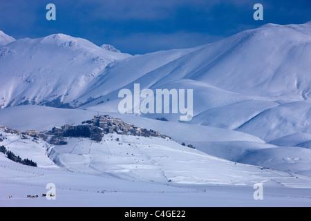 Castelluccio & Piano Grande im Winter, Nationalpark Monti Sibillini, Umbrien, Italien - Stockfoto