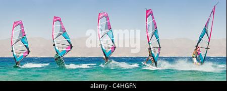 Eine sequentielle 5 Bild-Ansicht zeigt die Bewegung von einem Windsurfer Kunststücke am Roten Meer im Resort von - Stockfoto