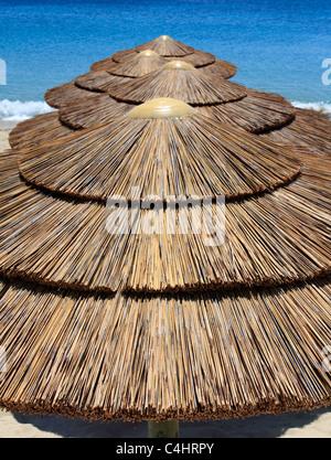 Sonnenschirme am Strand Agios Stefanos Mykonos Kykladen Insel Ägäis Griechenland EU Europäische Union Europa - Stockfoto