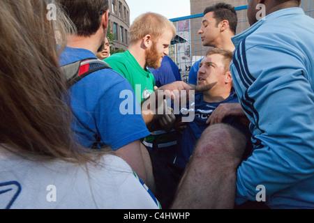 300 Pfund Mann bekommt von der Masse mit einem verdrehten Knöchel befreit, in Spiel 7 des Stanley Cups in der Innenstadt - Stockfoto
