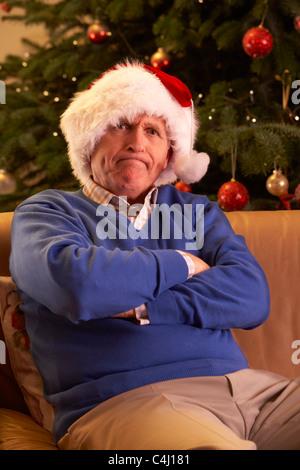 mann verkleidet als weihnachtsmann mit brille h lt. Black Bedroom Furniture Sets. Home Design Ideas