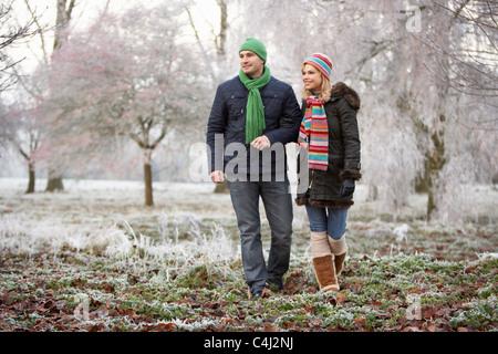 Paar auf Winterwanderung durch frostige Landschaft - Stockfoto