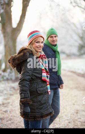 Frau auf Winterwanderung durch frostige Landschaft - Stockfoto
