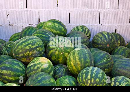 Wassermelonen gestapelt auf Bürgersteig in Türkisch Straßenmarkt - Stockfoto