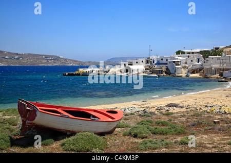 Orange und weiße Schlauchboot am Strand Agia Anna Kykladen Insel Mykonos Griechenland EU Europäische Union Europa - Stockfoto