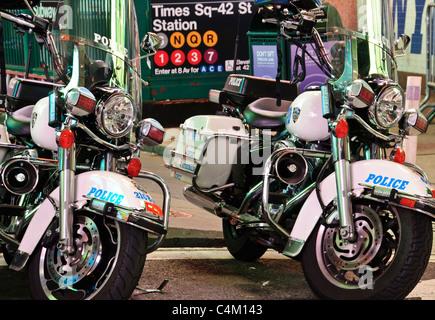 New York Police Department Harley-Davidson Electra Glide Motorräder parken am Times Square - Stockfoto