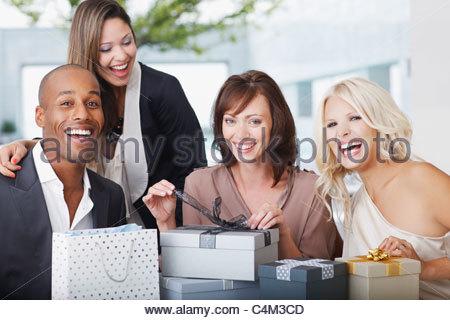 Freunde, die Geschenke zu öffnen - Stockfoto
