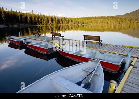 Ruderboote in der Morgendämmerung am Pyramid Lake, Jasper Nationalpark, Alberta, Kanada. - Stockfoto
