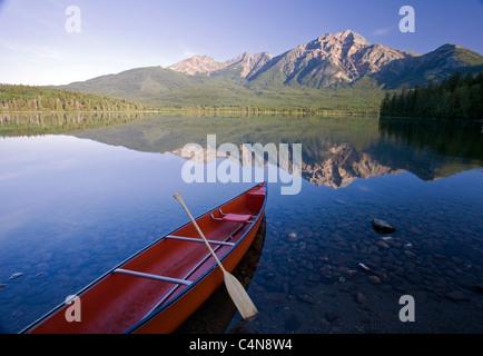 Rote Kanu im Morgengrauen am Pyramid Lake, Jasper Nationalpark, Alberta, Canada. - Stockfoto
