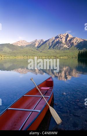 Rote Kanu im Morgengrauen am Pyramid Lake, Jasper Nationalpark, Alberta, Kanada. - Stockfoto