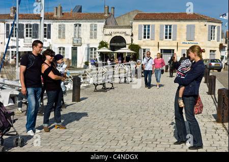 Touristen fotografieren am Quai Job Foran, St Martin de Ré auf Ile de Ré in Frankreich - Stockfoto