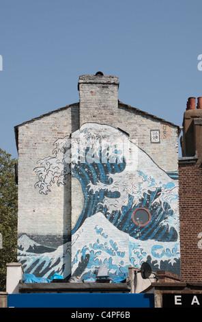 Ein Wandbild an der Seite eines Hauses in Camberwell, Süd-London im Stil von die große Welle von Katsushika Hokusai. - Stockfoto
