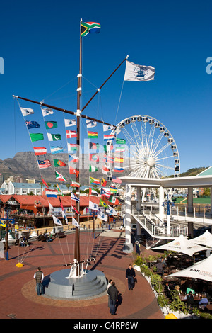 Flag Pole und Wheel of Excellence an V & A Waterfront in Kapstadt Süd Afdrica - Stockfoto