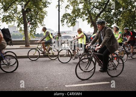 Boris Johnson fährt Fahrrad durch London - Stockfoto