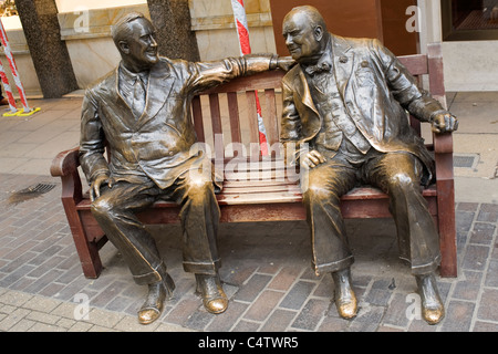 London Mayfair, Bond Street Bronzestatue Verbündeten Winston Churchill & Franklin D Roosevelt von Lawrence Holofcenel - Stockfoto
