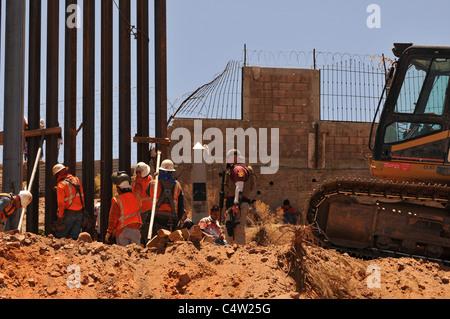 Ersatz der Grenzmauer in Nogales, Arizona, USA, und Nogales, Sonora, Mexiko. - Stockfoto
