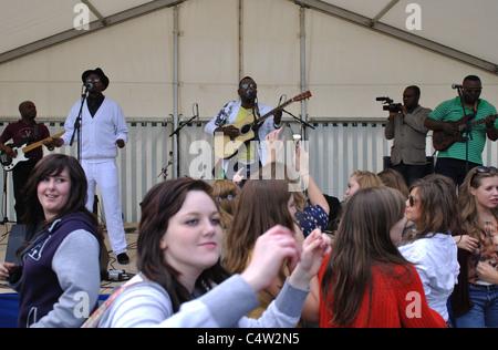 Teenager Mädchen tanzen zu live-Band an Leamington Friedensfest - Stockfoto
