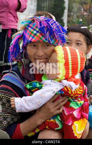 Black Hmong-Minderheit-Mädchen und Baby in Vietnam