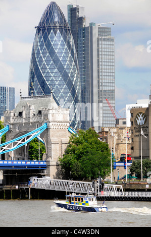 Die Metropolitan Police Patrol Boat River Thames an der Tower Bridge in der Nähe der Stadt London Skyline Gherkin - Stockfoto