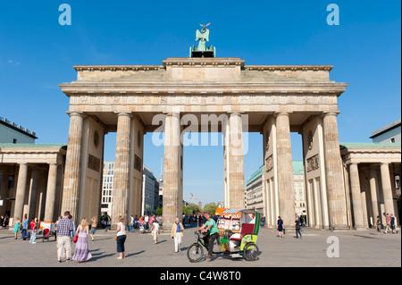 Ansicht des Brandenburger Tors in Mitte Berlin mit Touristen auf Dreiräder Deutschland - Stockfoto