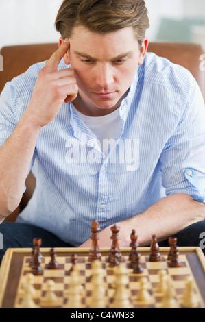 USA, New Jersey, Jersey City, Mann spielen Schach - Stockfoto