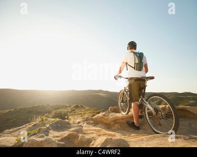 USA, California, Laguna Beach, Mountainbiker auf Hügel - Stockfoto