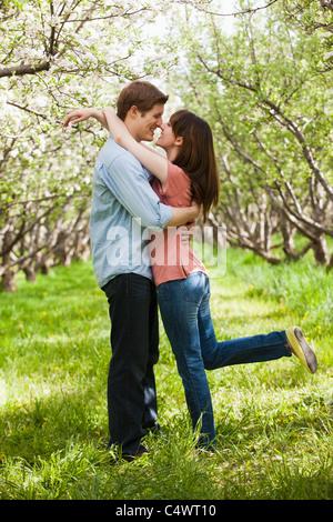 USA, Utah, Provo, junges Paar umarmt im Obstgarten - Stockfoto