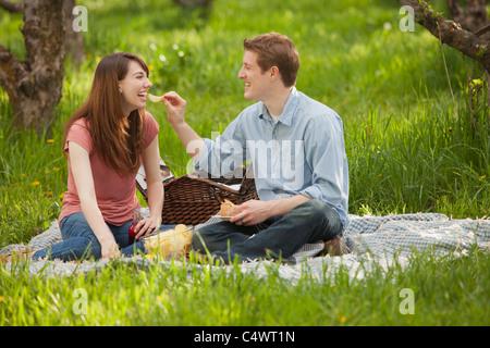 USA, Utah, Provo, junges Paar mit Picknick im Obstgarten - Stockfoto