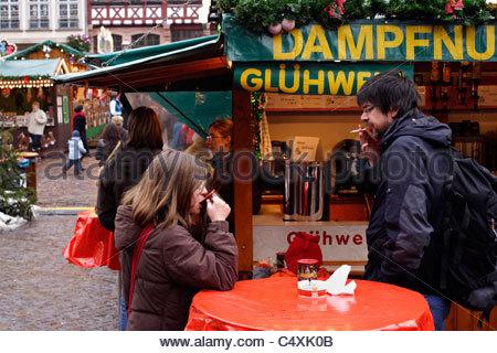"""""""Glühwein"""" (beheizte Wein) trinken, auf dem Weihnachtsmarkt, Frankfurt am Main, Deutschland - Stockfoto"""