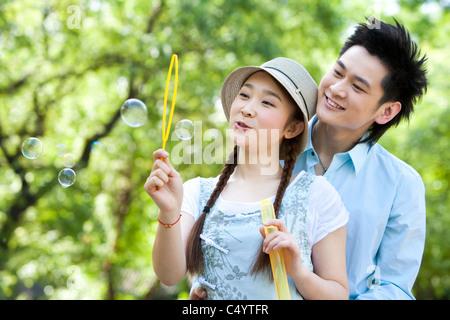 Glückliches Paar Seifenblasen im Park
