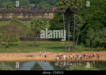 Touristen spiegelt sich in den Pool vor Angkor Wat, Angkor, Siem Reap, Kambodscha - Stockfoto