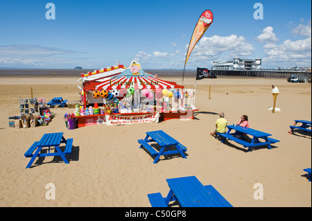 Teebar mit Neuheit waren und blaue Bänke am Sand Strand von Weston Super Mare Somerset England UK - Stockfoto