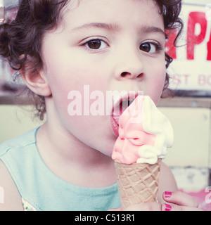 Kleine Mädchen Essen weich servieren Eis, portrait - Stockfoto