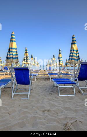 Schirme der Strände auf den Strand von Arma di Taggia in Ligurien an der Mittelmeerküste - Stockfoto