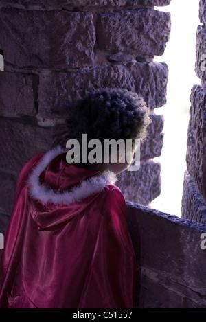 Kleine Mädchen tragen Kap Blick vom Steinbau, Rückansicht - Stockfoto