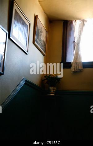 Treppe hinauf zum Fenster - Stockfoto