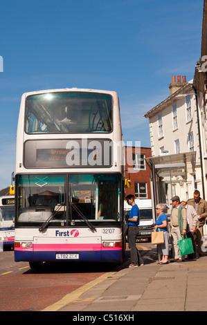 Fluggästen einen Doppeldecker-Bus in Norwich, Norfolk, England, Großbritannien, Uk - Stockfoto