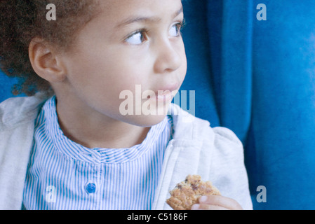 Kleine Mädchen essen cookie - Stockfoto