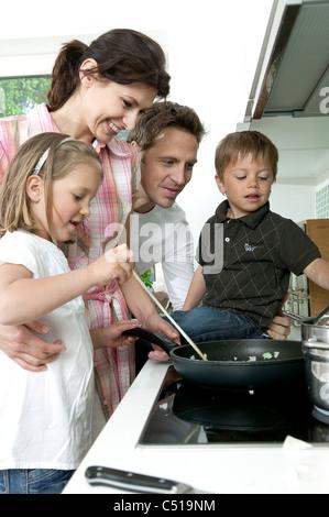 Familie, gemeinsames Kochen in der Küche - Stockfoto