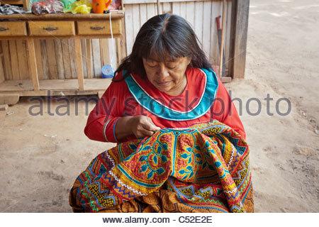 Ein Textil mit bunten Mustern Nähen Shipibo Frau sagte, die Songs ...