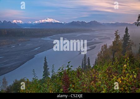 Malerische Southside Blick auf Mt. Mckinley, Alaska Range und den Chulitna Fluss bei Sonnenuntergang vom George Parks Highway, Alaska