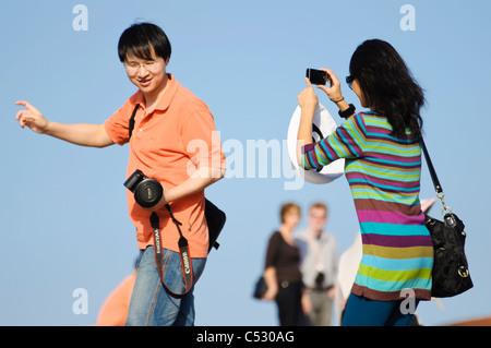 Asiatische internationale Touristen oder Studenten, die das Fotografieren von einander - Stockfoto