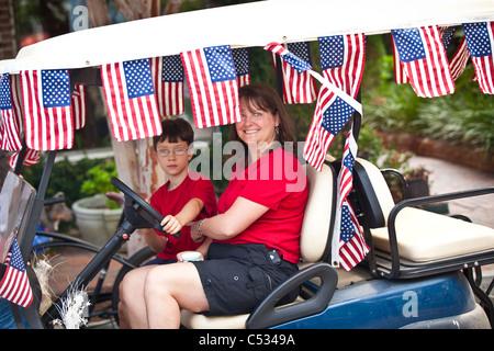 Ein junges Mädchen gekleidet als Betsy Ross in der I'On Gemeinschaft 4. Juli Parade. - Stockfoto