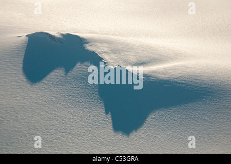 Lange Schatten von einem Nunatak und Radio Turm auf das Harding Eisfeld im Kenai-Fjords-Nationalpark, Alaska, Winter - Stockfoto