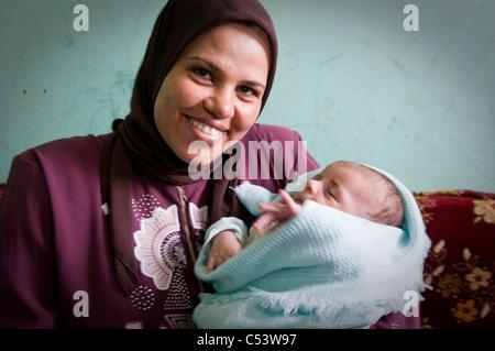 Ägypten, FAYOUM: Khayria Ashri Abdel Moteleb (27) ist die Mutter von ein 1 Monate altes Baby in Tawfiqiya Dorf. - Stockfoto